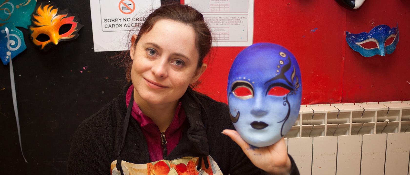 """Fee mit bemalt ihre Maske zum Kostüm """"Blue Devil""""."""